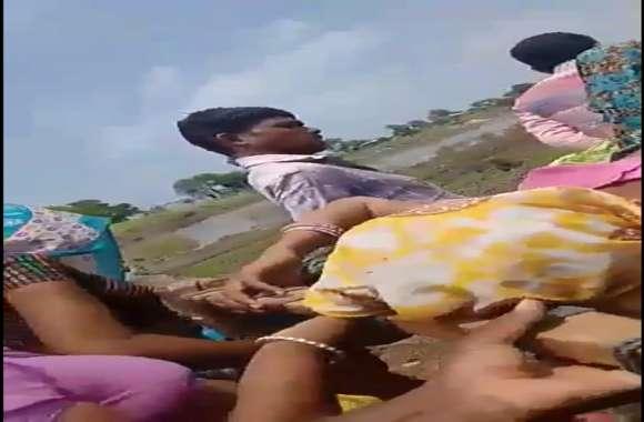 गांव के रास्ते में नदी, दूसरी तरफ जाने के लिए सड़क और पुलिया नहीं, प्रसूता को खटिया में डालकर एंबुलेंस तक पहुंचाना पड़ा, फिर अस्पताल ले गए
