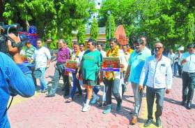 डीएवीवी में कुलपति की नियुक्ति को लेकर इंदौर से राजभवन को पैदल निकले कांग्रेसी