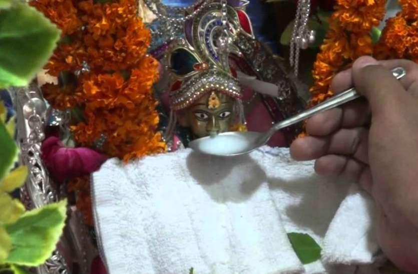 मध्य प्रदेश के रतलाम में बाल गोपाल की मूर्ति पी रही चाय और पानी! पिलाने के लिए मची होड़