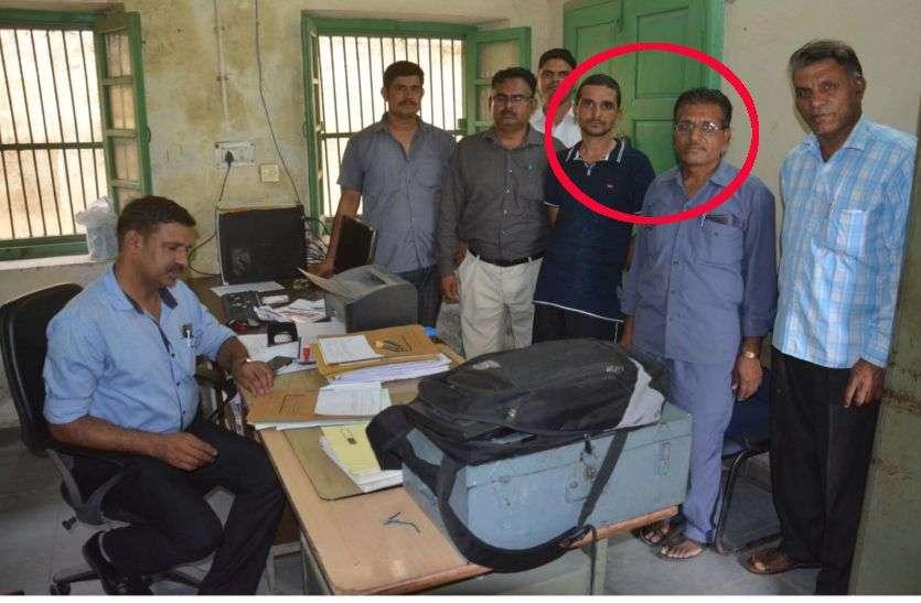 मांडल तहसील का बाबू व चपरासी 15 हजार की घूस लेते गिरफ्तार