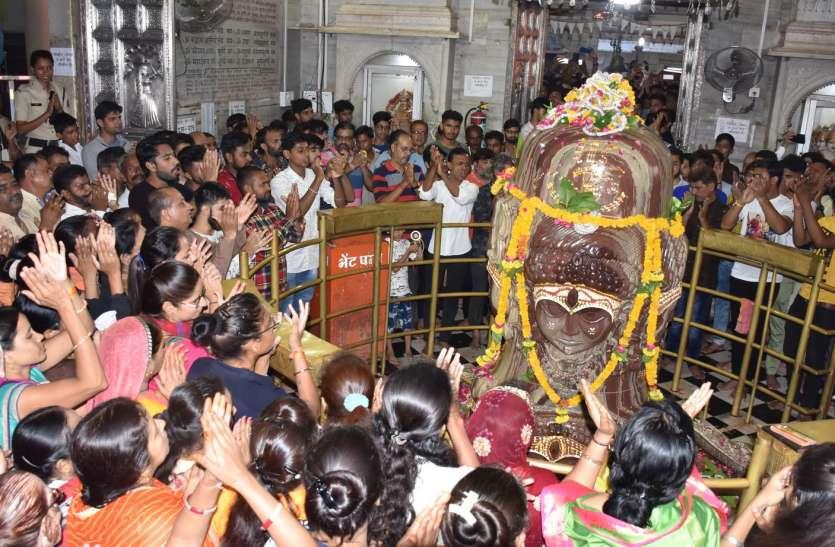सावन के पहले सोमवार को हजारों भक्तों ने पशुपतिनाथ का अभिषेक कर किए दर्शन
