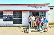 mp government school  : निरीक्षण के समय शिक्षा विभाग के अधिकारियों को स्कूल में नहीं मिले एक भी टीचर,  बच्चों को पढ़ाते मिला गांव का युवक