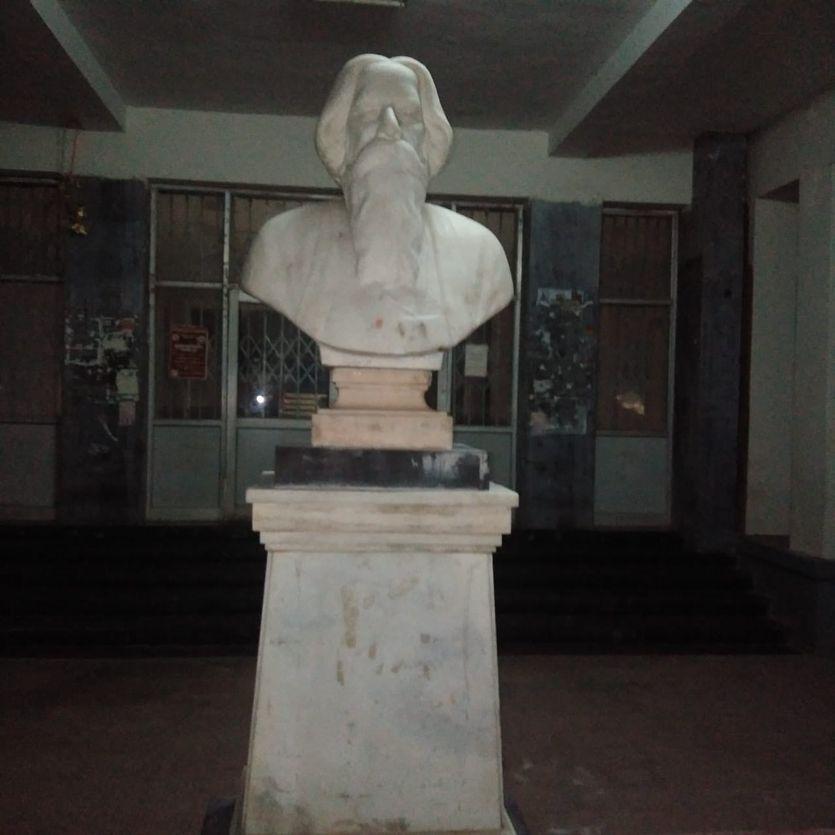 आरएनटी में तोड़ी टैगोर की प्रतिमा, शाम को फिर लगाई