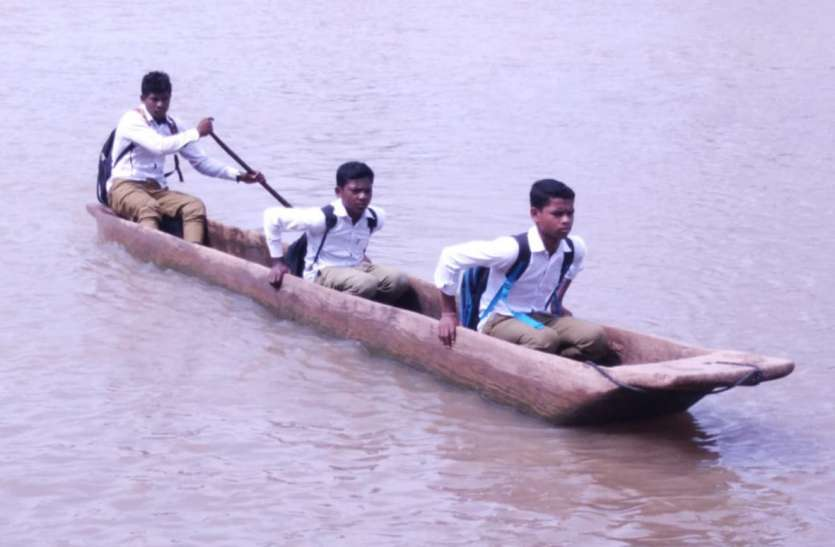 पढ़ने के लिए लकड़ी की डोंगी में बैठकर उफनती नदी पार करते हैं छात्र, हो चुका है हादसा