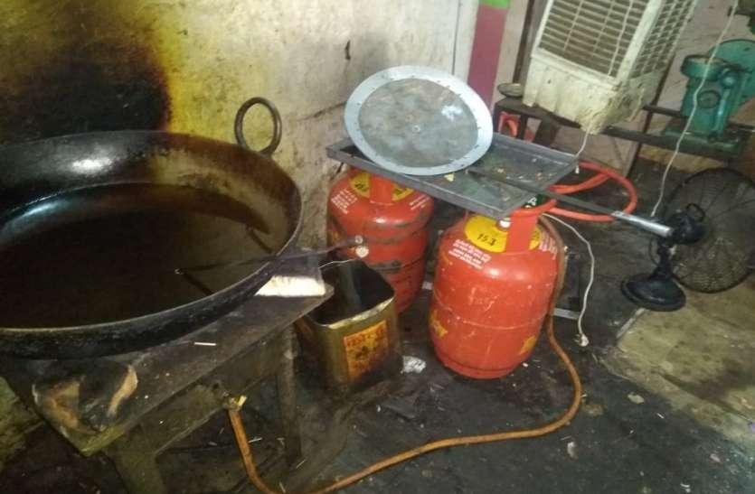 होटल से पकड़ा सिंथेटिक मावा और आधा दर्जन रसोई गैस के सिलेंडर