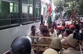 मॉब लिंचिंग के विरोध में पैदल मार्च से पहले ही सपा राष्ट्रीय महासचिव गिरफ्तार, सपाइयों ने जमकर की नारेबाजी