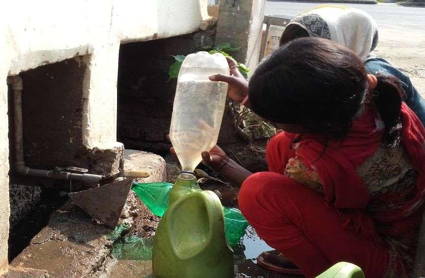 नाली में लगे नल के रिसाव से भरते हैं पानी