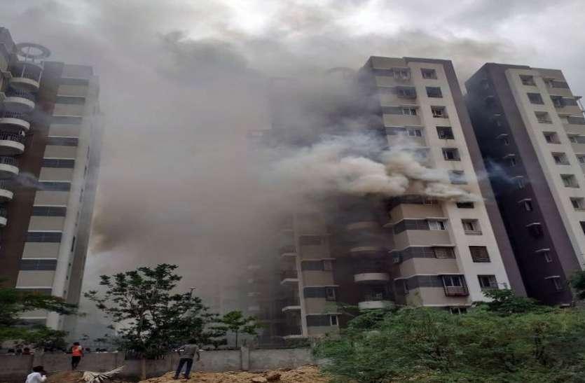 Fire in High rise building in Ahmedabad, one death अहमदाबाद की एक बहुमंजिला इमारत में आग, एक की मौत, ४० लोगों को बचाया