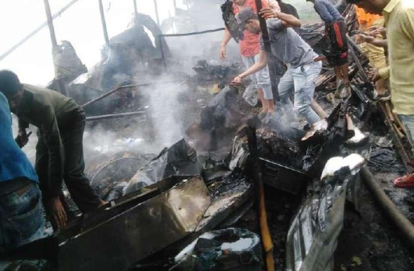 VIDEO : मजदूरों की झोपड़ी में लगी आग, तीन गैस सिलेंडरों में हुआ जोरदार ब्लास्ट