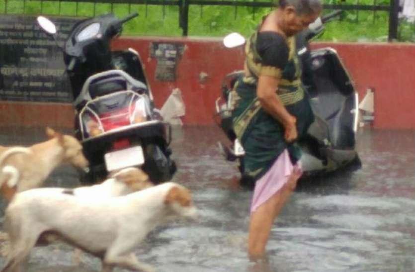 Weather News: जरा सी बारिश होती है तो दिल सोचता है कि कहीं घर में न घुस जाए पानी, देखें वीडियो