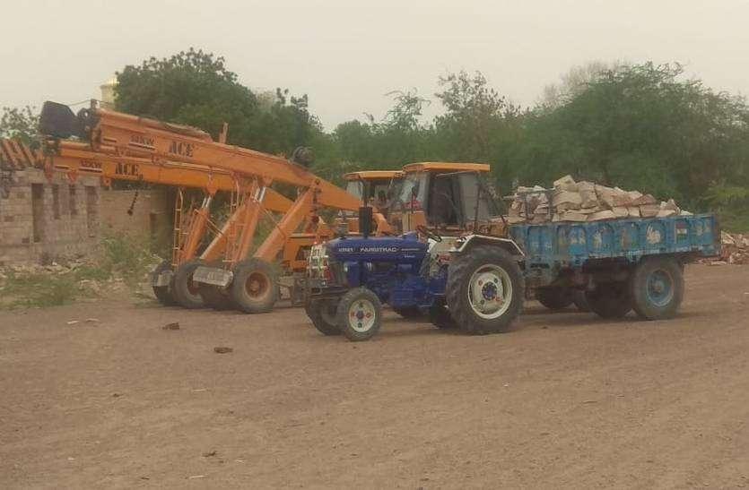 अवैध खनन क्षेत्र में दो ट्रैक्टर सहित 5 वाहन जब्त