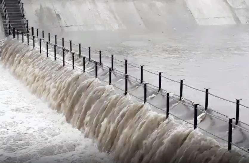 जयपुर में जमके बरसे बादल,12 घंटे में छह इंच बारिश