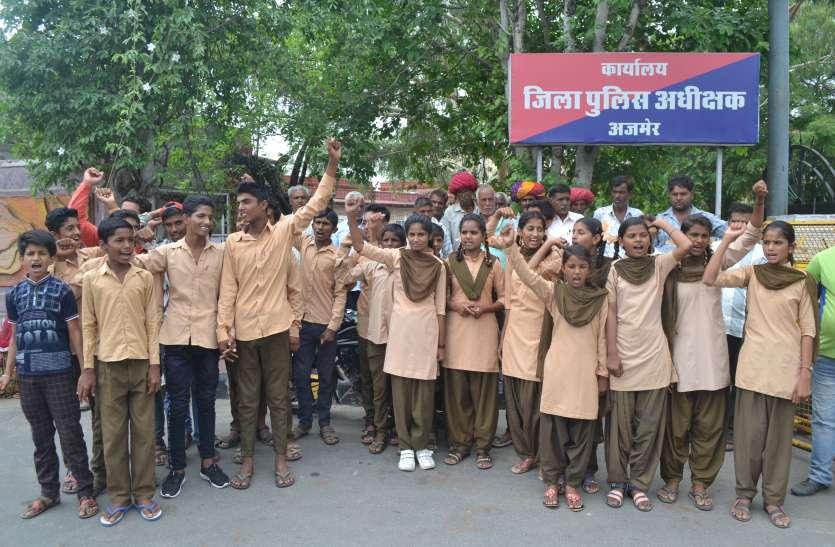 स्कूली छात्राओं ने किया प्रदर्शन