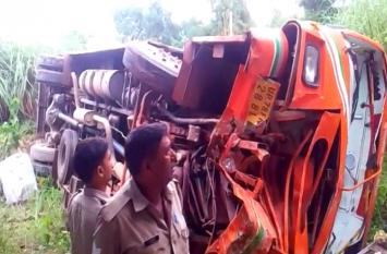 दिल्ली से कानपुर जा रही रोडवेज बस गिरी नाले में, 30 से 35 लोग थे सवार, ड्राइवर ने मान ली होती बात तो न होता हादसा