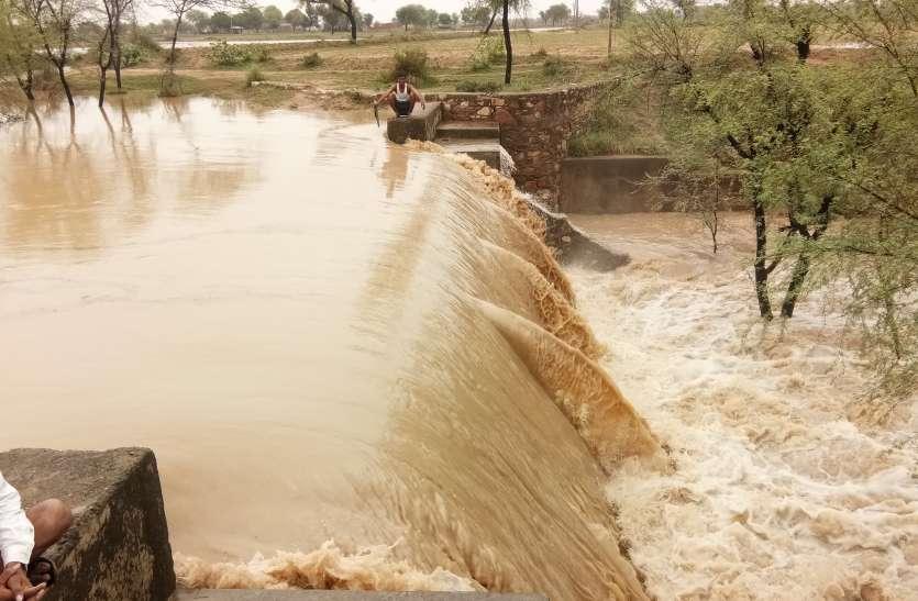 Heavy rain : 3 एनिकट टूटे, दर्जनों तालाब लबालब, बांधों में आवक