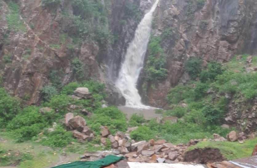 Jaipur rural : झमाझम बारिश से 8 साल बाद सताना के खोले में चला झरना, कुण्ड व एनीकट हुए पानी से लबालब