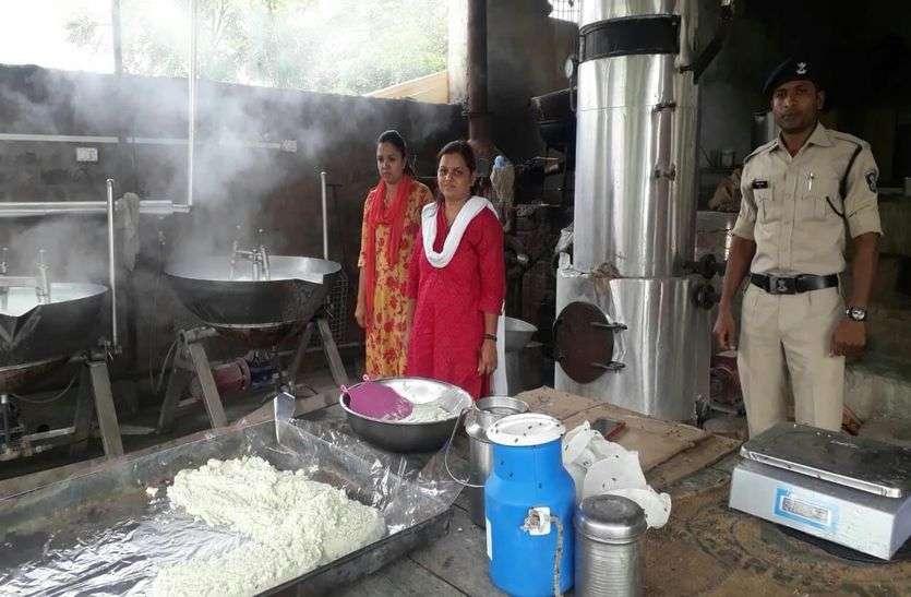 अवैध कारखानों में बन रहा था नकली मावा और घी, खाद्य विभाग पकड़ा