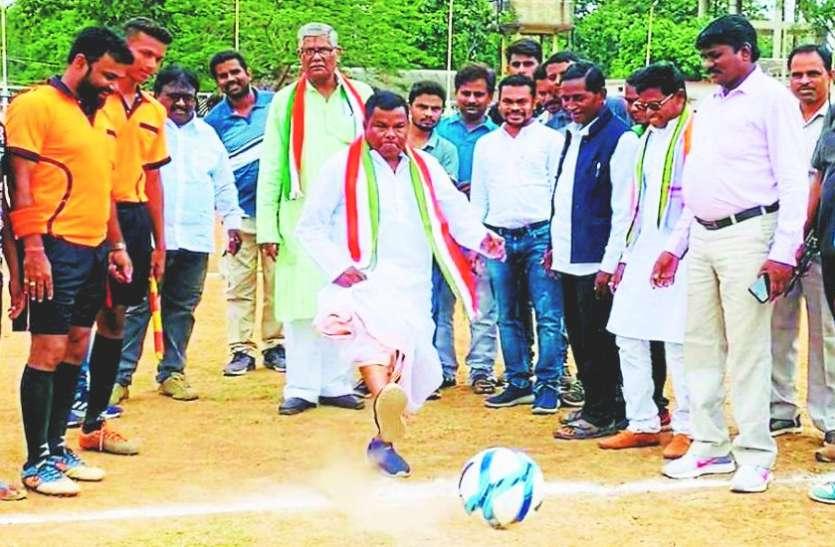 """जब प्रदेश के कैबिनेट मंत्री कवासी लखमा खेलने पहुंचे """"फुटबॉल"""""""
