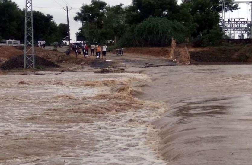 मालपुरा में सबसे अधिक बरसात: दुकानों व मकानों में भरा पानी, जेसीबी से निकाला पानी