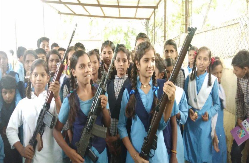 यहां स्कूल की छात्राओं ने उठा लिए पुलिस के हथियार