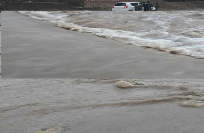 भारी बारिश से छलक उठे बांध,  सड़कों पर बहा पानी, जनजीवन अस्त-व्यस्त