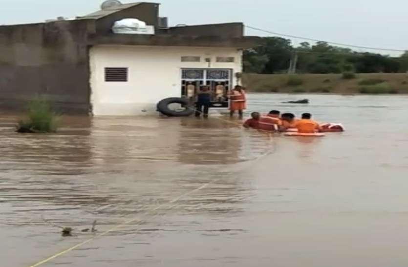 जयपुर : पानी के सैलाब में फंसे दंपति, एसडीआरएफ टीम ने रेस्क्यू कर निकाला बाहर