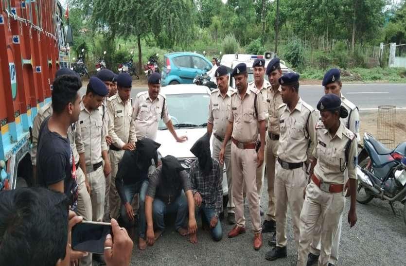 पुलिस बनकर दोपहिया वाहन चालकों को लूटने वाले दबोचे