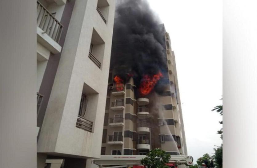 गुजरात: अहमदाबाद की हाईराइज बिल्डिंग में लगी भीषण आग, 15 लोगों के फंसे होने की आशंका
