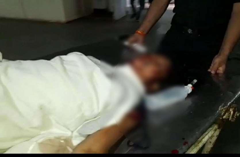 पत्नी लड़ रही जिंदगी की जंग, पति फरार, बच्चों ने पुलिस बुला मम्मी को पहुंचाया अस्पताल