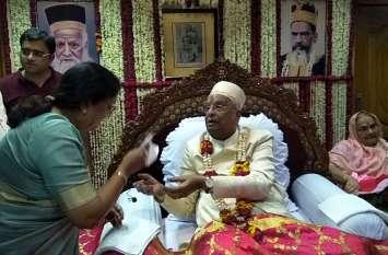 Radhasoami मत के गुरु Dadaji Maharaj ने उत्तराखंड की Governor को दिया मोटा लिफाफा, देखें वीडियो