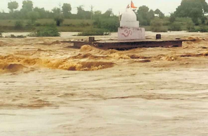 भारी बारिश के टापू बना कस्बा, नैरोगेज ट्रेन रद्द, भगवान शिव का मंदिर भी डूबने की कगार पर