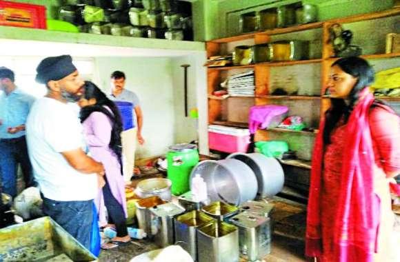 खाद्य विभाग के सहयोग से राजस्व, नगरपालिका की छापामार कार्रवाई