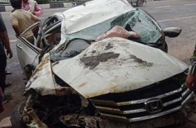 दिल्ली में डिवाइडर से टकराकर कार के उड़े परखच्चे, युवती समेत 2 लोगों की मौत