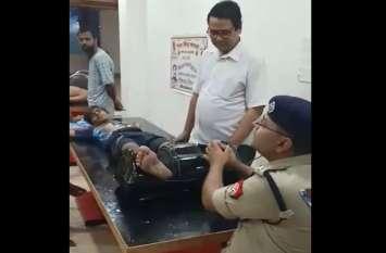 UP Police के एक SP ऐसे भी, जो कांवड़ियों की थकान उतारने को खुद दबा रहे उनके पैर, देखें वायरल वीडियो
