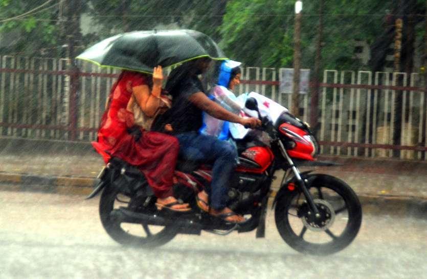फोटो गैलरी : दिनभर छाए बादल दोपहर को बरसे झमाझम   बारिश