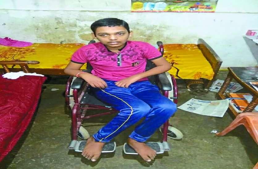 भतीजे को शहर लाने वाले डीईओ चाचा, एक बीमार पैरालाइज्ड बच्चे को उसकी मां से अलग करने पर आमादा