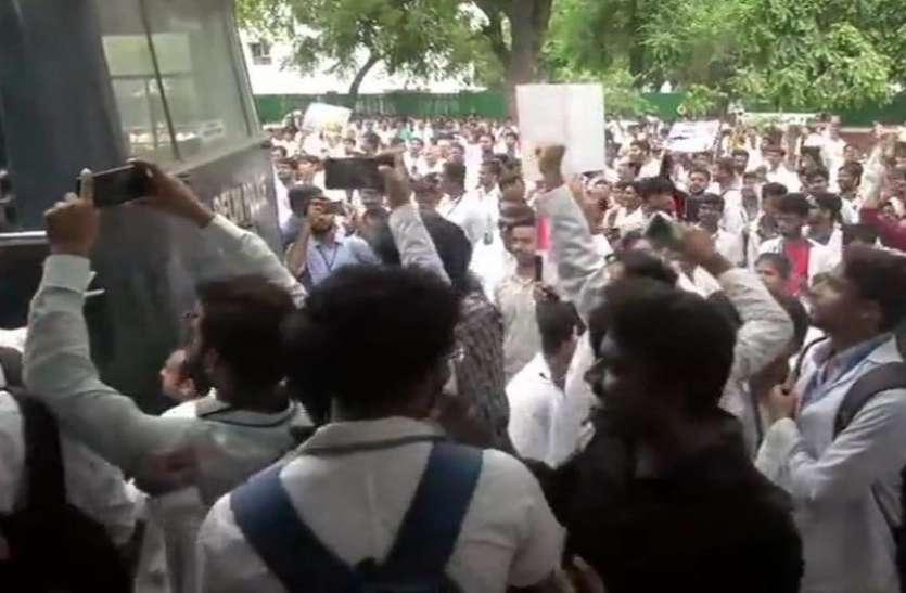 दिल्ली: AIIMS के बाहर डॉक्टरों ने एनएमसी विधेयक का किया विरोध