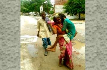 इलाज के लिये विकलांग बेटी को कंधे पर लेकर मां 15 किलो मीटर नंगे पैर चली