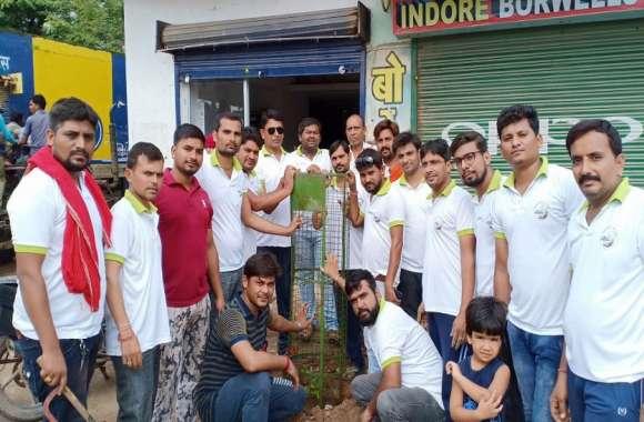 रैली निकालकर किया लोगों को जागरूक और लगाए पौधे