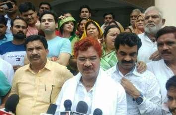 अखिलेश की बिसात पर भारी पड़े बसपा से निलंबित चल रहे कद्दावर पूर्वमंत्री रामवीर उपाध्याय, दिखाई ताकत, सपा से छीनी कुर्सी