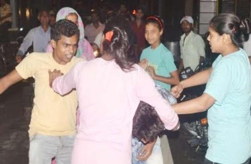 कांवड़ यात्रा के दौरान छेड़छाड़,  युवती ने मनचले को इतना पीटा कि मुंह से बहने लगा खून