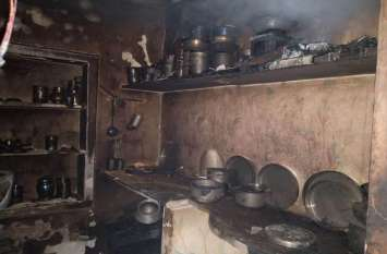 गैस सिलेण्डर लगाते समय पकड़ी आग, चार झुलसे