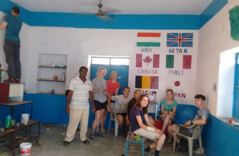video..विदेशियों ने बदल डाला देसी स्कूल, हाथों से किया रंग रोगन, चमकाया