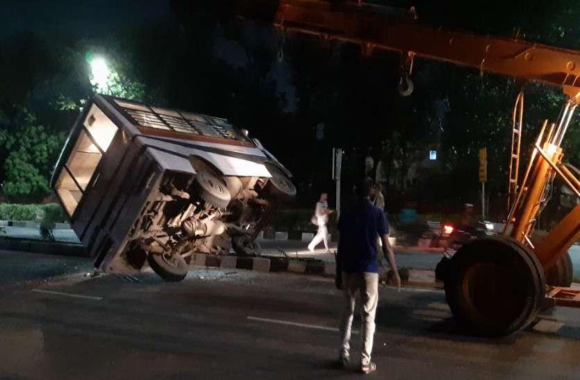 जयपुर में हुआ सड़क हादसा: मिनी बस पलटी, यात्रियों में मची चीख-पुकार