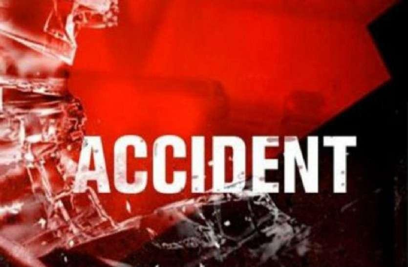 death news : चलती गाड़ी का फटा टायर, वाहन में सवार दो युवकों की मौत