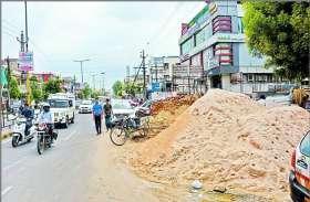 अलवर के भगत सिंह सर्किल पर खुले में फैली निर्माण सामग्री, कभी भी हो सकती है दुर्घटना