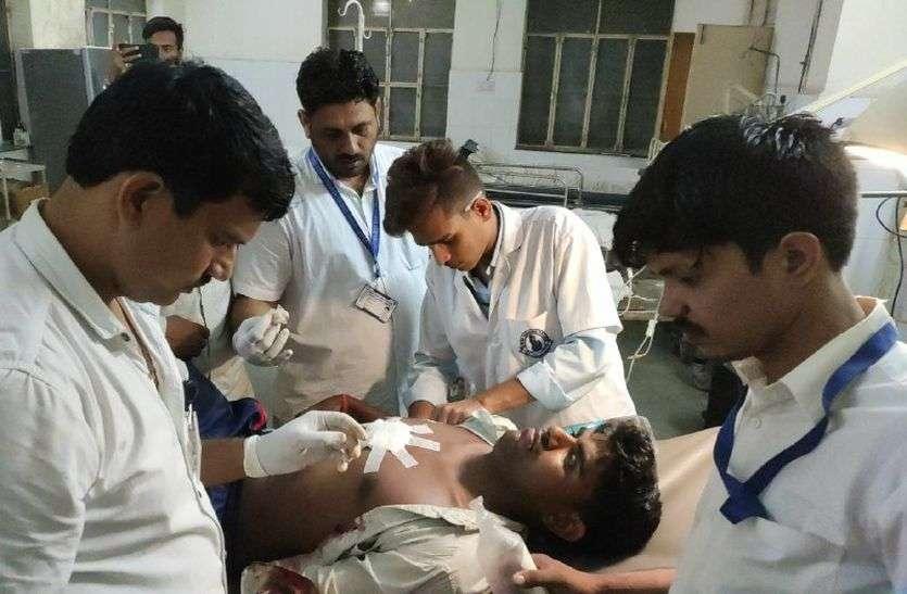 अलवर में गोतस्करों ने ग्रामीणों पर की फायरिंग, सीने में लगी गोली, ग्रामीणों ने गोतस्कर को पकड़ा और की पिटाई