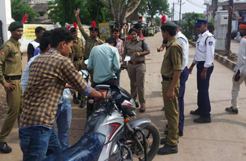 यातायात नियंत्रण में पुलिस के साथ कदम से कदम मिलाकर चले छात्र