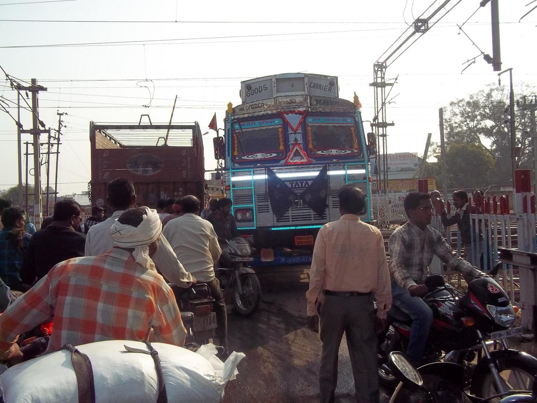 बेपटरी हुई यातायात व्यवस्था, थोड़ी सी चूक में हो सकता है बड़ा हादसा