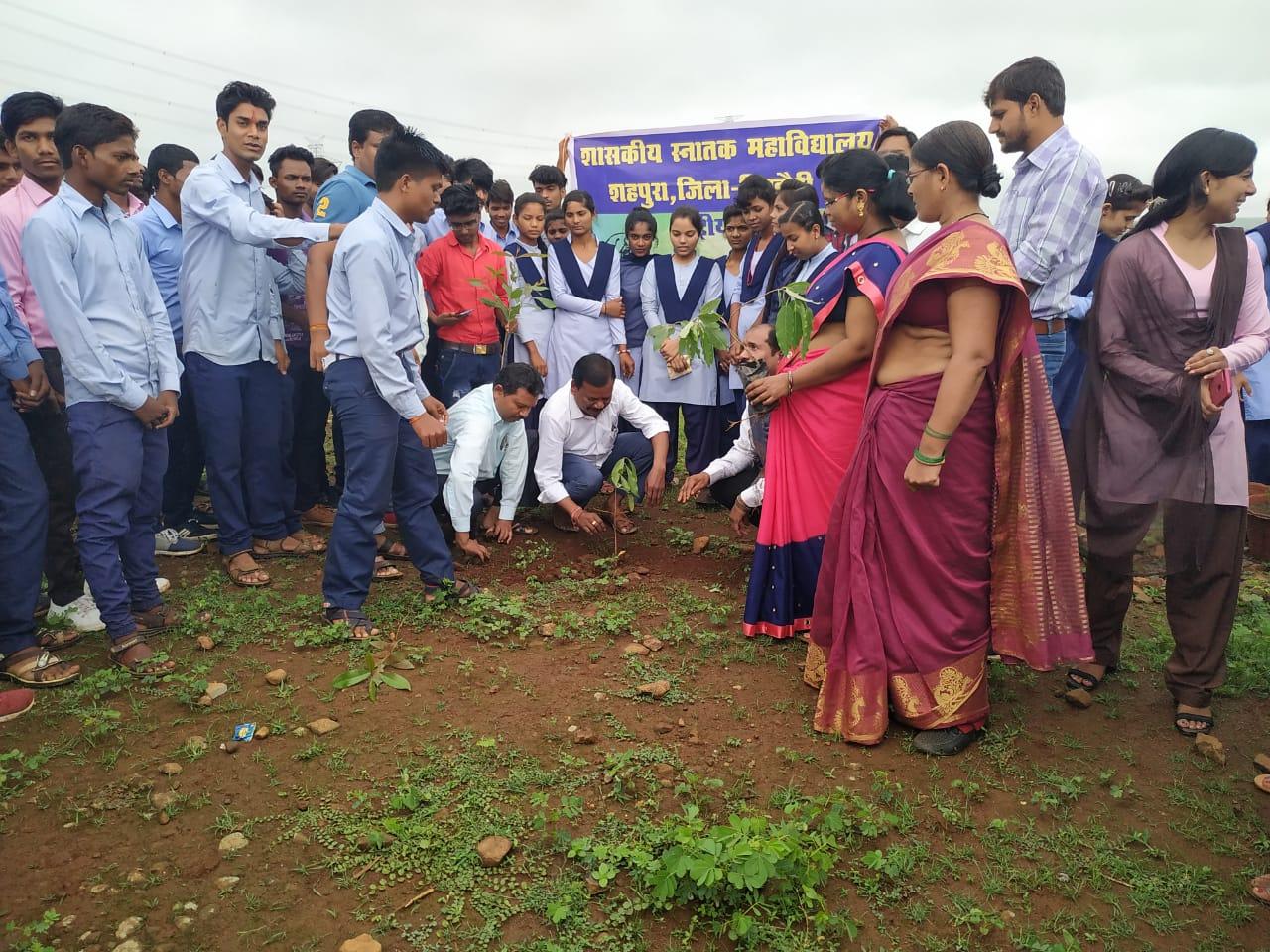 छात्रों ने किया पौधरोपण, संरक्षण का लिया संकल्प